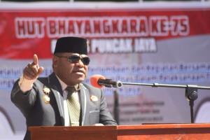 Bupati Puncak Jaya Dr. Yuni Wonda, S.Sos, S.IP, MM saat Sambutan dalam Acara HUT Bhayangkara ke - 75 tahun di Mapolres Puncak Jaya