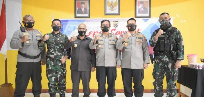 Foto bersama Wabup Deinas Geley, S.Sos, M.Si bersama Mantan Kapolres Puja didampingi Kapolres baru serta Dandim 1714/PJ dan Pejabat TNI Polri lainnya