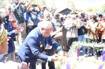 Bupati Puncak Jaya saat meresmikan secara simbolis