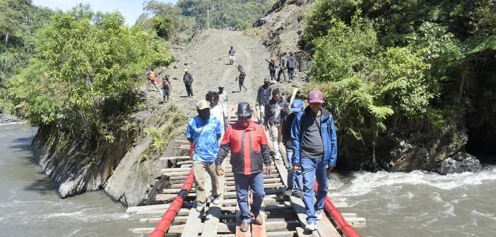 Bupati Puncak Jaya saat meninjau Jembatan Purbalo