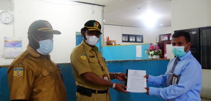 Asisten I Bidang Pemerintahan dan Kesra didampingi Kepala Bank Papua saat penyerahan MOU