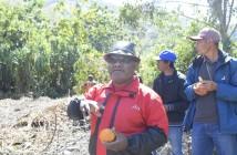 Bupati Puncak Jaya saat menjelaskan khasiat jeruk Purbalo