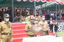 Bupati Puncak Jaya saat membacakan Kata-kata Pelantikan