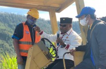 Bupati Puncak Jaya saat meresmikan pembangunan jalan aspal secara simbolis