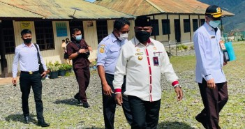 Bupati Puncak Jaya didampingi Sekretaris Daerah bersama Sekretaris Dinas Pendidikan saat meninjau para Guru