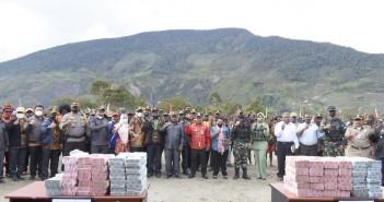 Bupati Puncak Jaya didampingi Muspida seusai penyerahan dana perdamaian sebanyak 12M