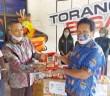 Sekretaris Daerah Tumiran, S.Sos, M.AP saat menyerahkan Kopi dan Minyak Buah Merah kepada Panitia PB PON XX