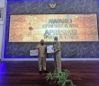Bupati Puncak Jaya Dr. Yuni Wonda, S.Sos, S.IP, MM didampingi Sekretaris Daerah Tumiran, S.Sos, M.AP sesuai menerima piagam penghargaan WTP untuk Ketiga Kalinya